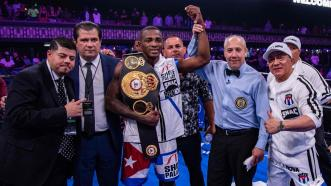 Lara is Champion Once Again, Demolishes Alvarez in Two