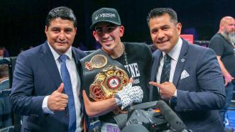 Leo Santa Cruz cruises to unanimous decision victory